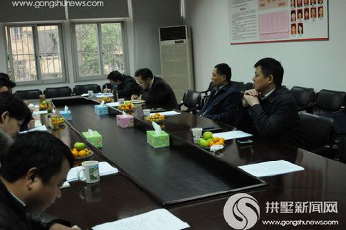 许明与区商贸旅游局的工作人员进行座谈. 黄群/摄