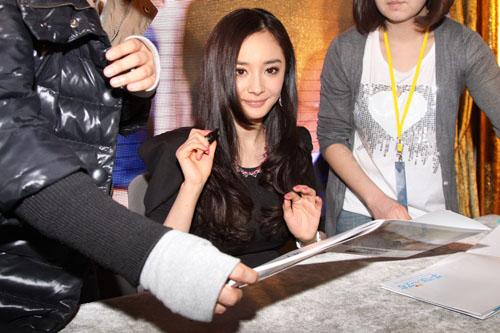 杨幂首唱《新天生一对》主题曲 签售电影票疯