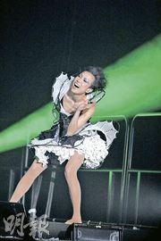 Sammi整晚情绪高涨,观众叫得愈热烈,她跳得愈High