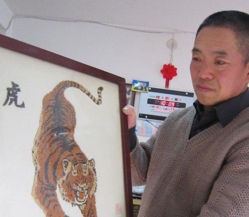 侯玉国展示五谷画 猛虎下山