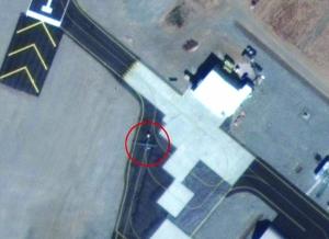 """跑道上的飞机(红圈内)形似MQ-1""""捕食者""""或者MQ-9""""收割者""""无人机"""