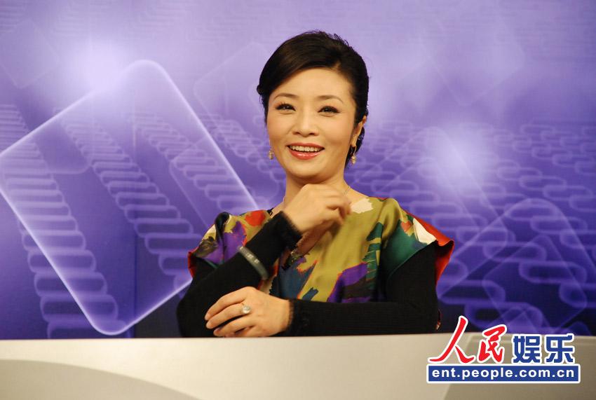 人民网娱乐讯 12月12日下午,著名青年歌唱家李丹阳带着她的新改编