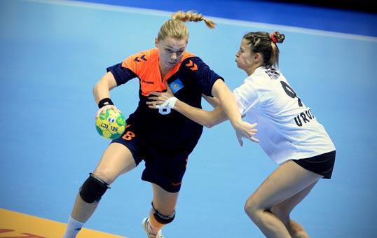 哈萨克斯坦/图文:2011女子手球世锦赛哈萨克斯坦进攻