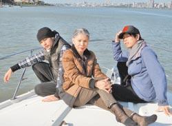 周董(左)带妈妈(中)和好友雪糕搭游艇出游