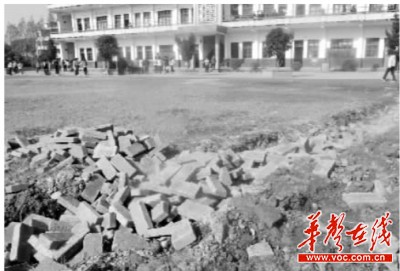 12月9日,岳阳市君山区良心堡中学,开发商在学校操场挖出一条沟准备砌围墙。 记者 龚磊 摄