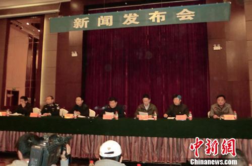 12月12日下午发生的江苏丰县首羡镇中心小学校车侧翻事故截至13日凌晨2时许,共造成15名学生死亡。图为12日晚,当地政府举行新闻发布会。中新社发 朱志庚 摄