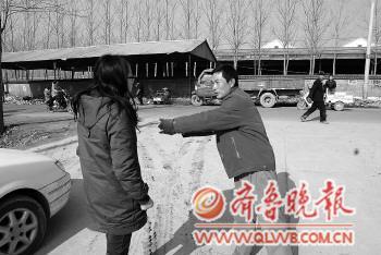 第一个施救者张顺利在讲述自己救人时的情形。本报特派记者 黄广华 摄