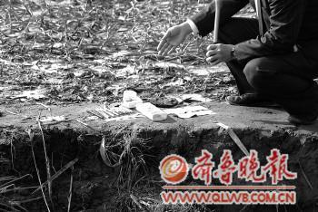事故现场遗落的孩子们的铅笔等文具。本报特派记者 黄广华 摄
