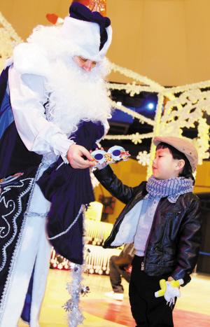 游客与圣诞老人。