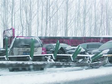 青银高速百车连撞60辆为青岛牌 责任三划分