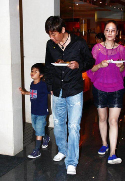赵丽颖晒健身照母亲是那英父亲曾是当红足球运动员如今两人的儿子却长成这样