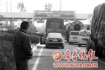 13日下午,青银高速潍坊段多个收费站封闭,入口处排起了长队。 本报记者 孙国祥 摄