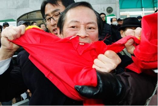 韩国民众冲击中国大使馆撕扯中国国旗(图)