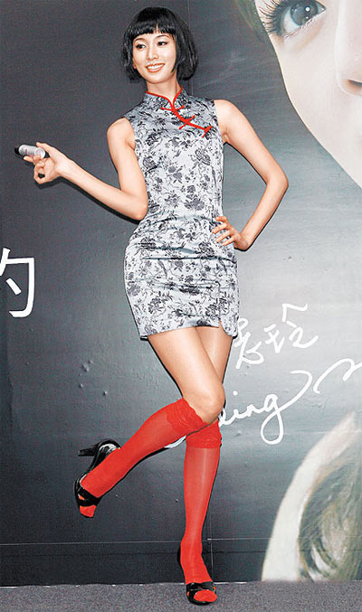 """志玲姐姐俏丽的旗袍造型,俨然是生动版的""""中国娃娃""""。"""