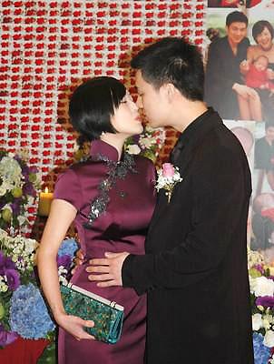小S办婚宴时选择了一件稳重的深紫色旗袍,一改平日前卫搞怪作风。