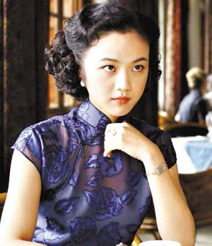 《色戒》中的汤唯演绎了多款精美旗袍,很好地衬托起她的古典气质。
