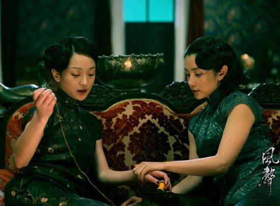 在《金陵十三钗》首映礼上,倪妮穿着剧中旗袍与贝尔携手登场