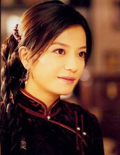 赵薇的旗袍装少了几分妩媚,多了几分姚木兰式的大气。