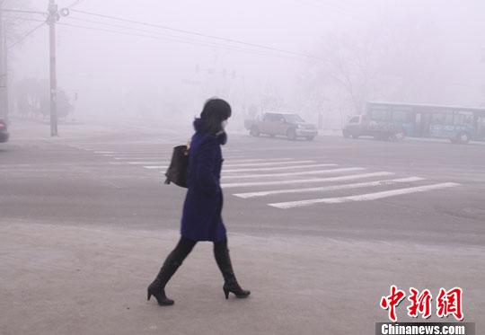 近几天来,新疆五家渠市浓雾弥漫。12月14日清晨,部分路段最低能见度不足四十米,眼前的红绿灯也是若隐若现。魏鹏飞 摄