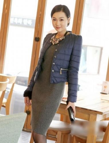 轻薄保暖,内搭针织长裙,十分优雅有型,夸张的配饰也是冬季搭配的必备
