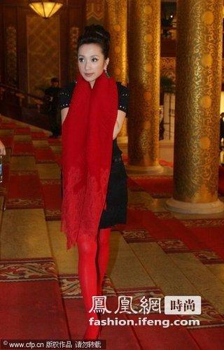 经典的小黑裙(Little black dress)造型,红色的围巾和红色的丝袜相呼应,显示了民歌的喜庆,和别致的时尚感。
