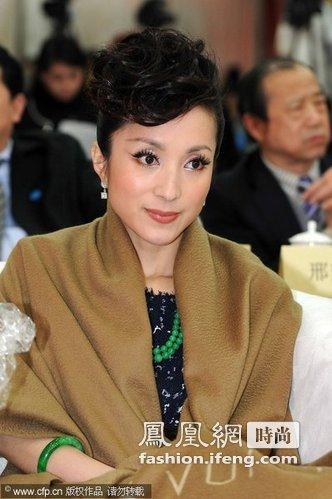 参加活动时,在礼服外披一条大大的路易·威登(Louis Vuitton)围巾奢华又不失礼貌。
