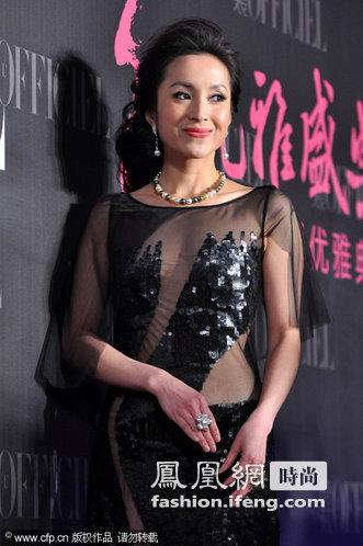 汤灿现身女性优雅典礼,拼接的透视装很是抢眼。