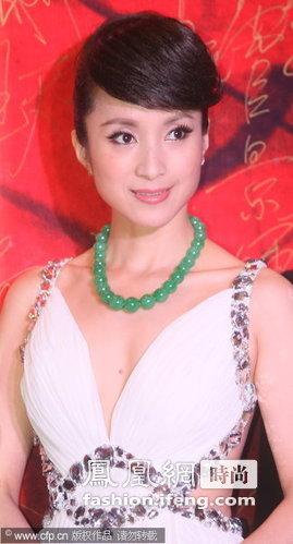 汤灿的白色礼服搭配翡翠首饰,走过红毯清爽怡人。