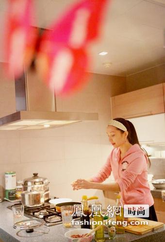 汤灿参加生活类节目,身穿美国时尚品牌橘滋 (Juicy Couture)家居服。