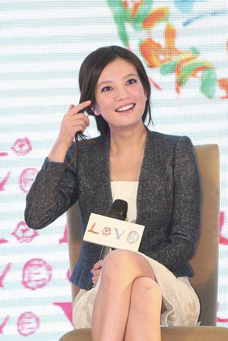 产女后首演喜剧的赵薇,在《love》中饰演一位单亲妈妈.