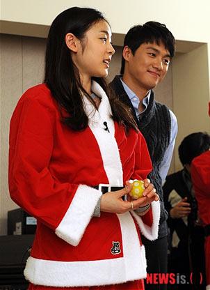 图文:金妍儿扮圣诞老人献爱心 帅哥陪伴
