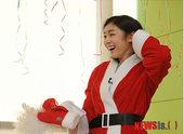 图文:金妍儿扮圣诞老人献爱心 金妍儿傻笑