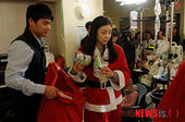 图文:金妍儿扮圣诞老人献爱心 金妍儿参加活动