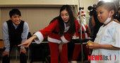 图文:金妍儿扮圣诞老人献爱心 金妍儿小孩互动