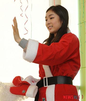 图文:金妍儿扮圣诞老人献爱心 金妍儿挥手