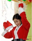 图文:金妍儿扮圣诞老人献爱心 金妍儿整理假发