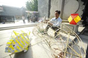 其中,民间艺人带领京兆小学师生们制作传统手工艺鱼灯活动,引起了省图片