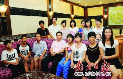 黄智军_篷江区领导和受资助的学生及家长代表交流.黄智军 摄