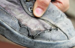 蒋彦的旧鞋子看上去不错,但实际上已经漏水,鞋帮处一圈水渍。