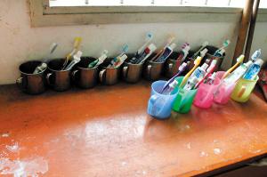 山区虽穷,但孩子们很懂事,牙具摆得整整齐齐的。