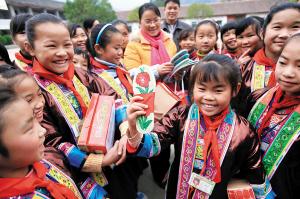 龙胜的侗族学生给爱心人士回赠一双侗族刺绣鞋垫。