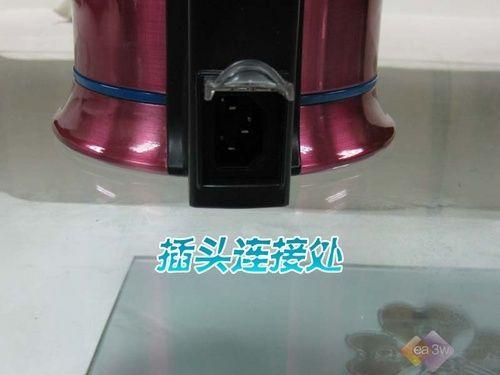此款豆浆机的插头连接处设计在把手下面,这样不易产生误碰,操作者可放心使用。