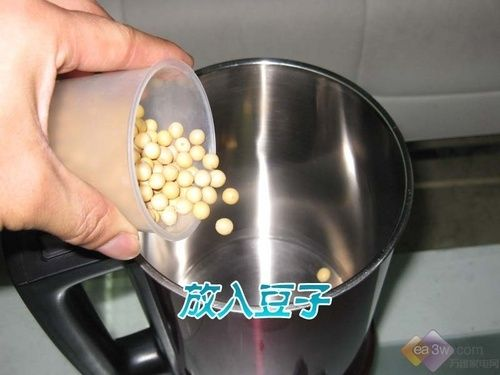 机器接通电源后,将豆子倒入内胆中,选择干豆豆浆程序。