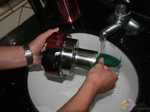 制作完豆浆后,提出机头,用清水将杯体内部的豆浆残渣冲去,并且将杯体底部的水位加到最高水刻度,然后滴入少许的洗涤剂,利用百洁布清洁。