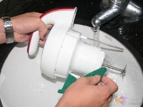 苏泊尔豆浆机的机头用水直接冲洗就可以清洁干净,比较方便。
