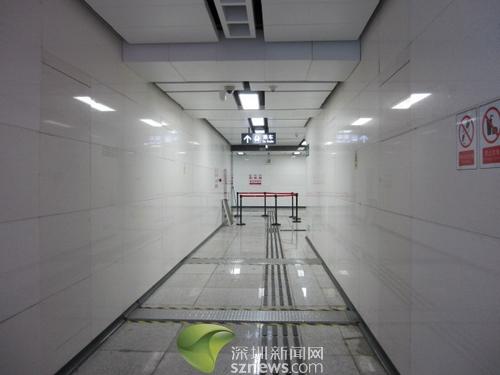 从A出口走道看被隔离带隔出的漏水区域