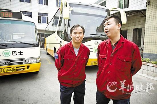 右为黎锦聪,左为722路司机黄柏联 羊城晚报记者 何奔 摄