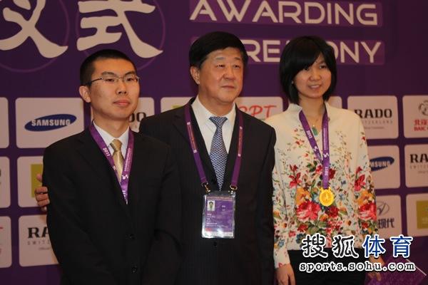 图文:围棋混双颁奖仪式举行 刘思明与棋手合影