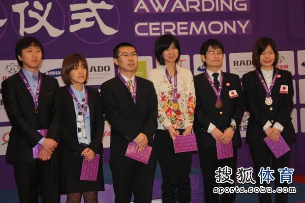 图文:围棋混双颁奖仪式举行 奖牌获得者合影