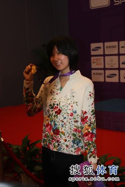 图文:围棋混双颁奖仪式举行 李赫开心手举金牌